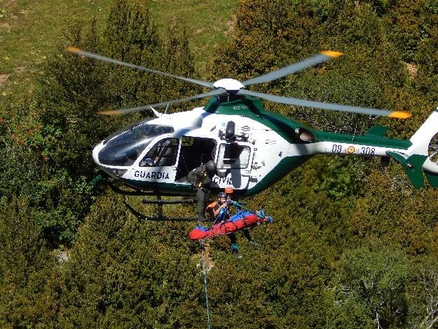 Un helicóptero de la Guardia Civil, en una operación de rescate.