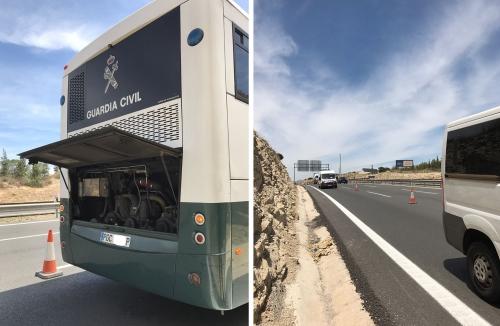 A la izquierda, el autobús averiado. A la derecha, la autovía balizada, en pleno cambio de rasante.