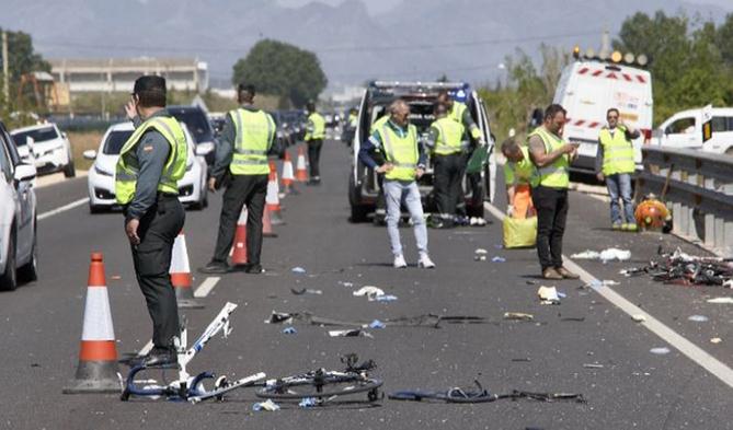 Guardais civiles regulan el tráfico en el lugar donde ocurrió el atropello.