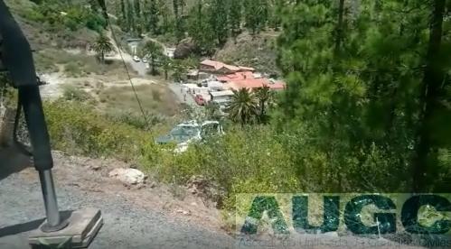El vehículo de la Guardia Civil, siendo rescatado por una grúa.