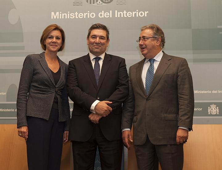 El director general de la Guardia Civil, José Manuel Holgado, flanqueado por la ministra de Defensa, María Dolores de Cospedal, y el ministro del Interior, Juan Ignacio Zoido.