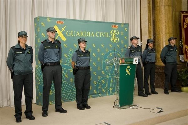 El uniforme bicolor, en su presentación ante los medios.
