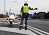 Un agente de la Agrupación de Tráfico vigila la circulación en una autovía.