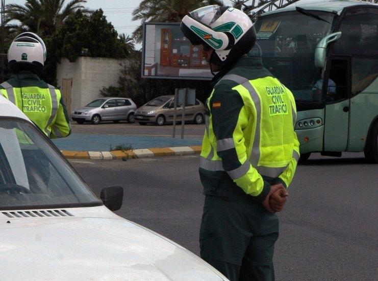 Dos agentes de la Agrupación de Tráfico.