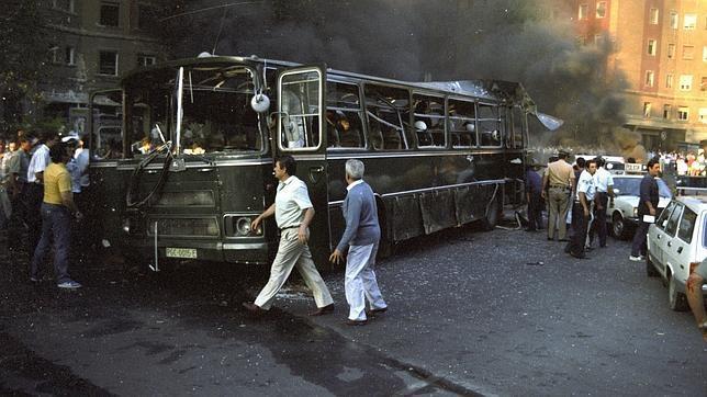 Estado del autocar en el que viajaban los guardias civiles asesinados por ETA en la plaza de la República Dominicana, Madrid, en julio de 1986.