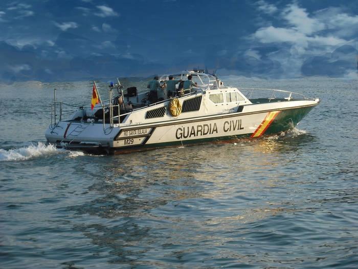 Una embarcación de la Guardia Civil patrulla en aguas del Estrecho.