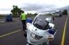 Guardias civiles de Tráfico vigilan la circulación.