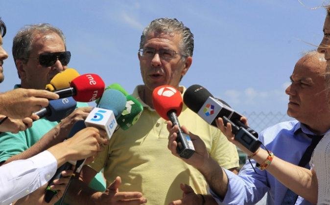 Francisco Granados, ayer, atendiendo a los medios a su salida de prisión.