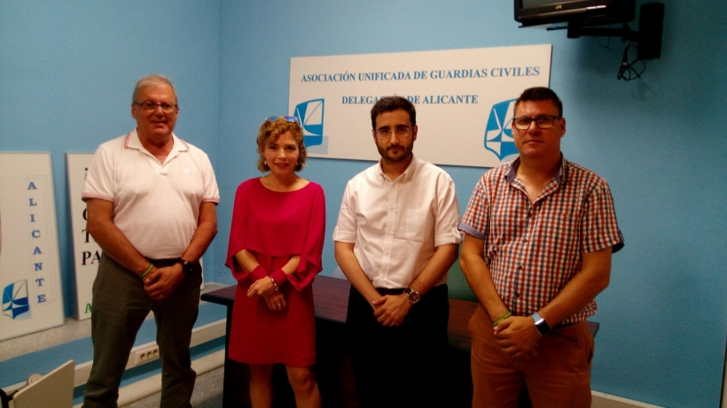 Los representantes de AUGC posan con los diputados de Ciudadanos.