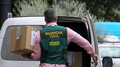 Un agente de la UCO traslada documentación relacionada con un caso.