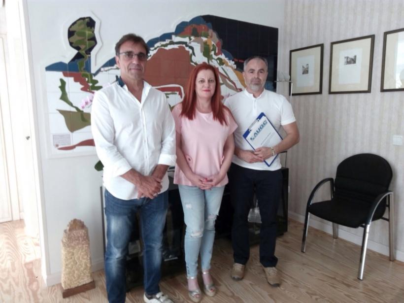 Los representantes de AUGC posan con la alcaldesa de Salobreña.