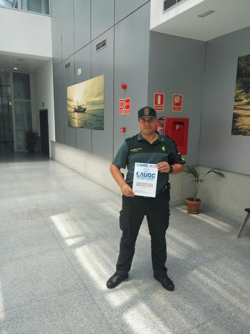 El secretario general de la delegación, David Domínguez, con el informe que se le ha entregado al jefe de la Comandancia.