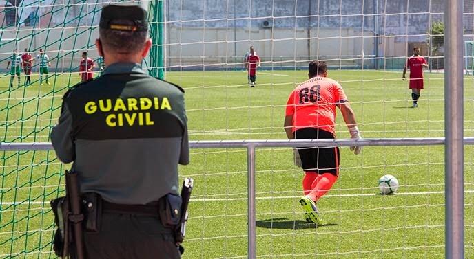 Un guardia civil presta servicio durante la disputa de un partido de fútbol.