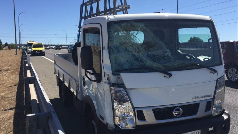 Estado en el que quedó el camión tras el atropello al guardia civil.