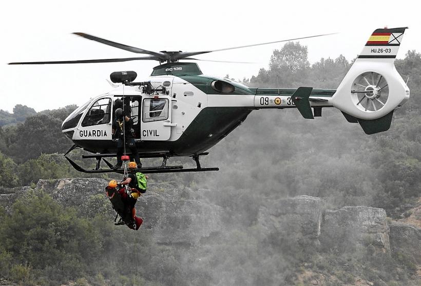 Un helicoptero del GREIM en plena operación de rescate.