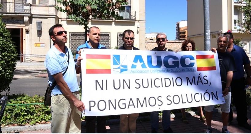 Concentración de representantes de AUGC Badajoz esta mañana frente a la Delegación del Gobierno.