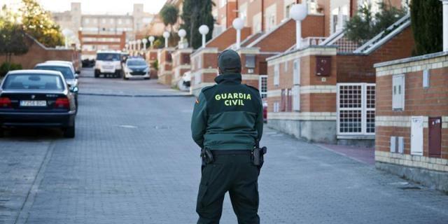 Un guardia civil vigila una urbanización.