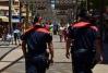 Dos mossos patrullando por la calle.