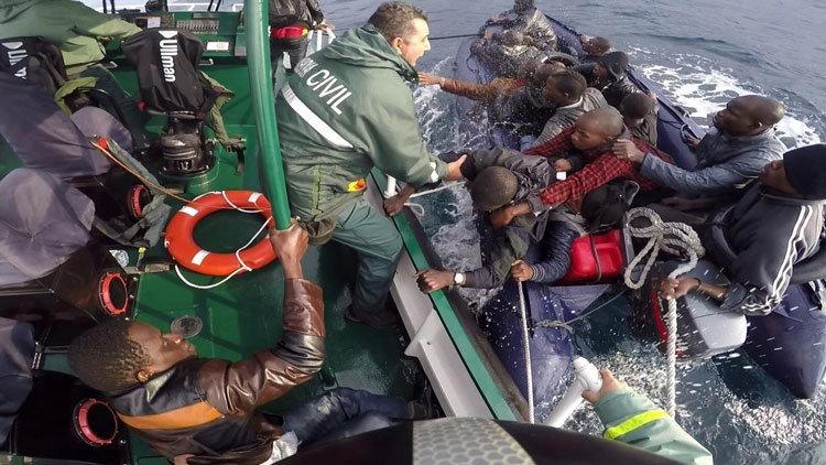 Rescate de un grupo de inmigrantes a bordo de una patera.