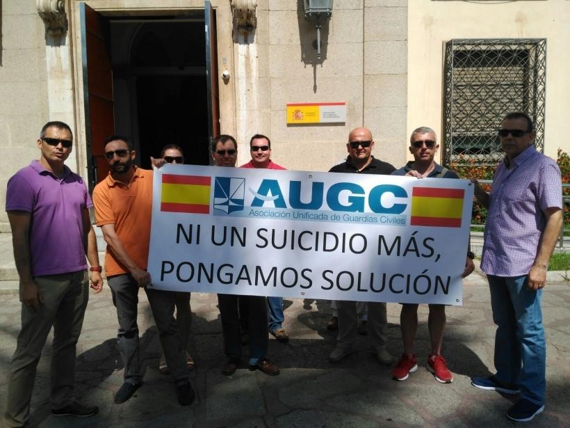 Representantes de la delegación de AUGC en Badajoz, durante una concentración ante la sede de la Delegación del Gobierno en esa provincia, tras el suicidio de otro compañero.