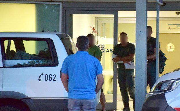 Uno de los agentes heridos abandona el centro hospitarlario tras ser atendido de sus heridas. Foto: Miguel Herreros / larioja.com