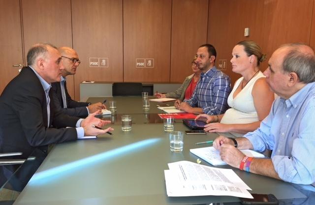 El secretario general de AUGC, Alberto Moya, y el secretario nacional de Relaciones Institucionales, Juan Liébana (izquierda), con los representantes del PSOE durante la reunión mantenida ayer.
