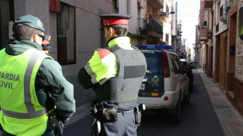 Un guardia civil junto a un mosso.