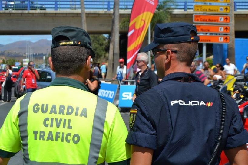 Un guardia civil junto a un policía nacional.
