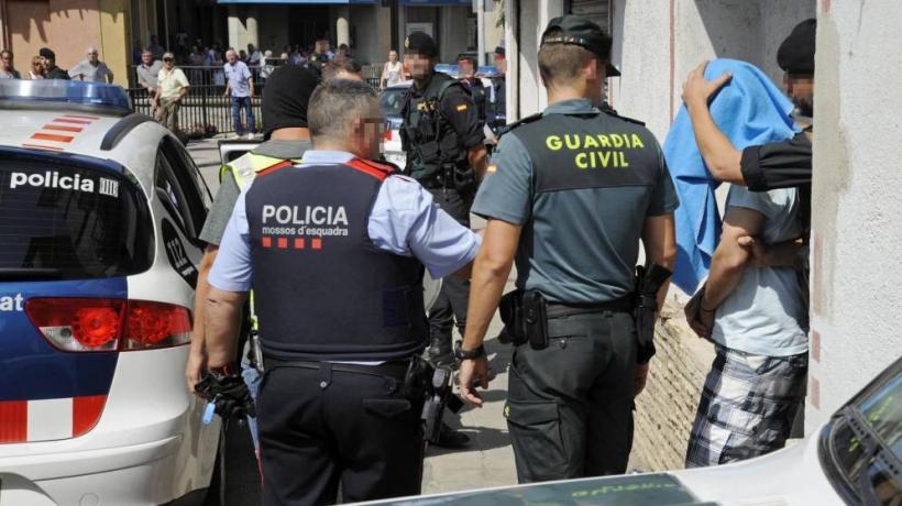 Un mosso junto a un guardia civil