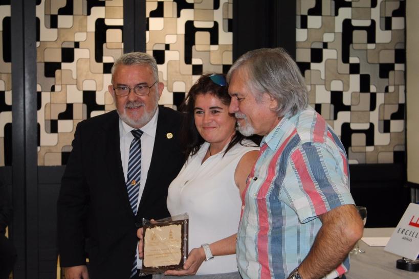 Verónica López, representante de AUGC en Vizcaya, recogió la placa concedida en reconocimiento al apoyo que nuestra asociación siempre ha prestado a las víctimas del terrorismo.