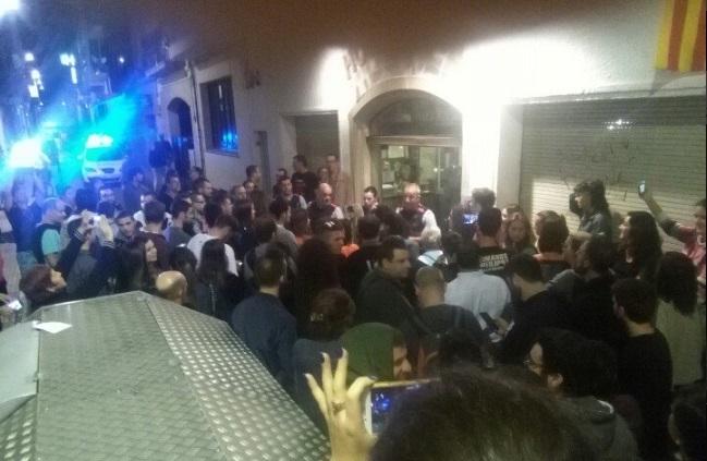 Un grupo de independentistas se agolpa frente a la entrada del hotel anoche en Calella.