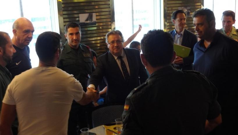 El ministro del Interior saluda a miembros de las fuerzas policiales en Cataluña.