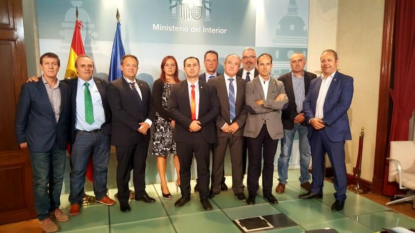 Foto de grupo de los representantes de las asociaciones profesionales de la Guardia Civil y de los sindicatos de la Policía tras la reunión mantenida ayer con el ministro del Interior.