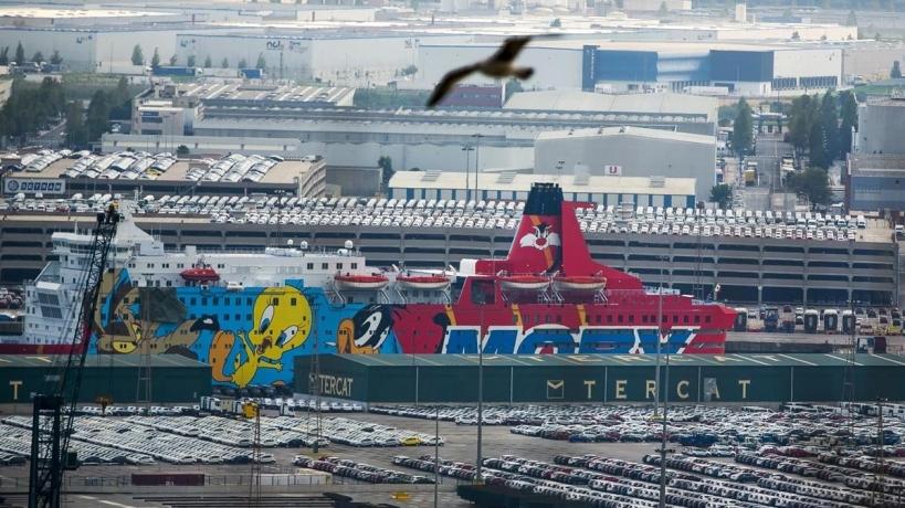 Uno de los barcos donde se alojan los guardias civiles en el Puerto de Barcelona. Foto: Joan Puig.
