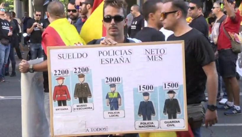 Un manifestante pide la equiparación salarial de guardias civiles y policías nacionales con policías autonómicas y locales. Foto: Antena  3