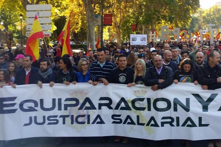 Una imagen de la manifestación celebrada el pasado sábado en Madrid por Jusapol, y a la que se sumó AUGC, convocada para reclamar equiparación salarial para policías nacionales y guardias civiles.
