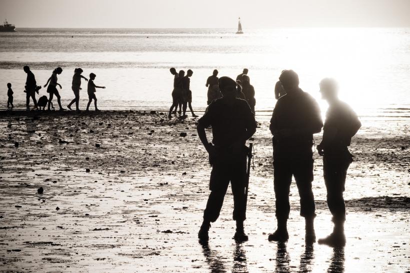 Guardias civiles trabajando en una zona costera durante el verano.