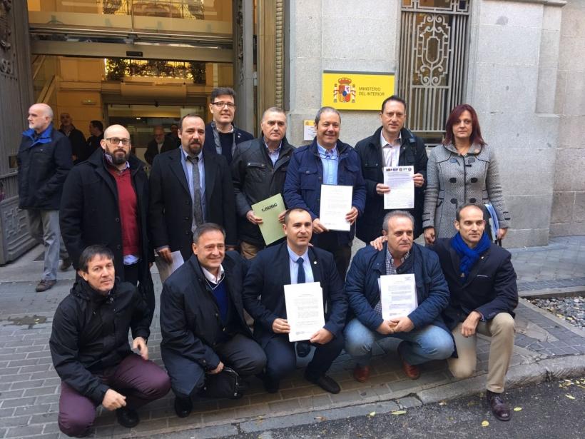 Los representantes de las asociaciones de la Guardia Civil y sindicatos de Policía Nacional posan ante el Ministerio del Interior.
