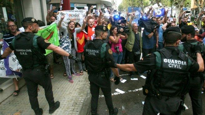 Guardias Civiles ante una protesta de independentistas.