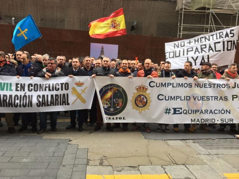 Guardias civiles y policías frente al Ministerio de Hacienda para reclamar la equiparación salarial.