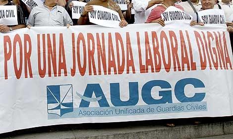 Una pancarta reivindica una jornada laboral digna