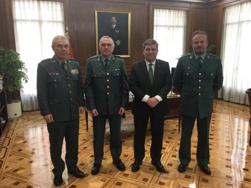 El secretario general de AUGC y el de Organización, Alberto Moya y José Cabrera Farfán, posan con el director general de la Guardia Civil, José Manuel Holgado, y su jefe de Gabinete.