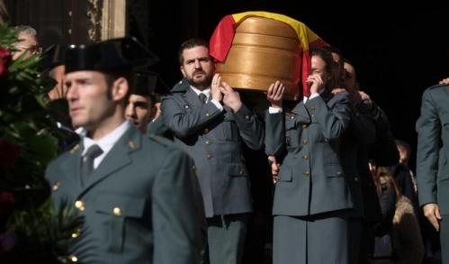 Compañeros de los dos guardias civiles abatidos en Teruel portal el féretro de uno de ellos.