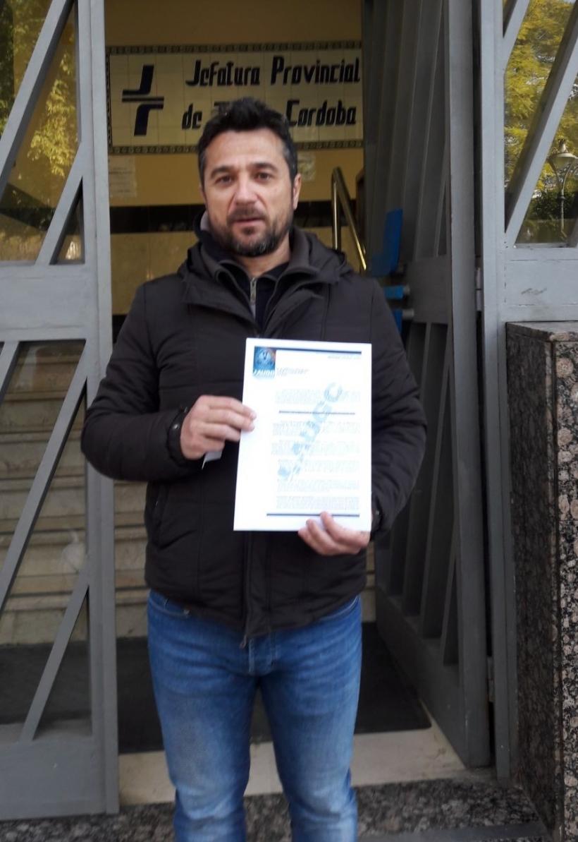 Juan Ostos entregando el escrito en la Jefatura Provincial de Tráfico de Córdoba