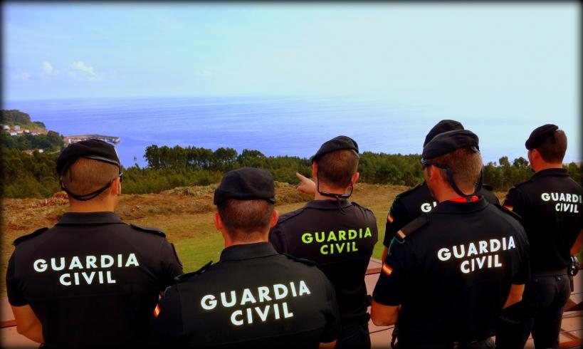 Un grupo de guardias civiles del GRS vigilando la costa.