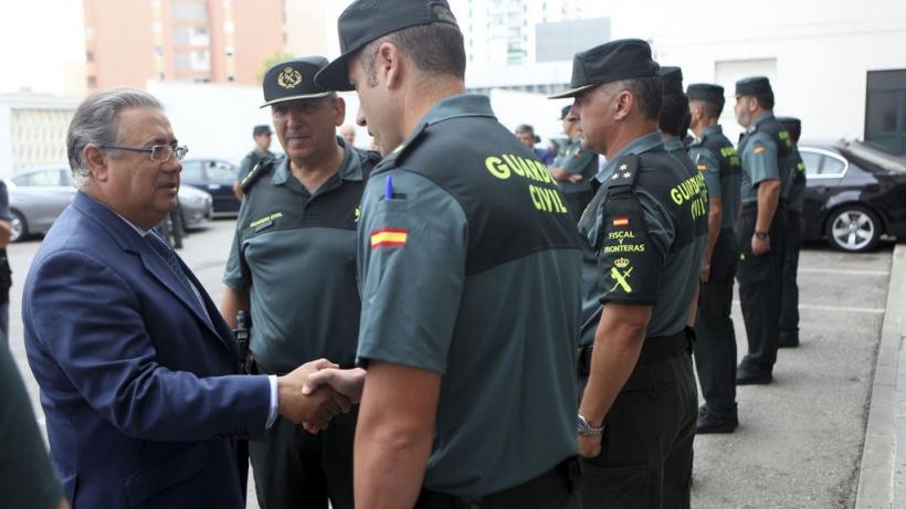 El ministro del Interior, Juan Ignacio Zoido, saluda a varios guardias civiles.