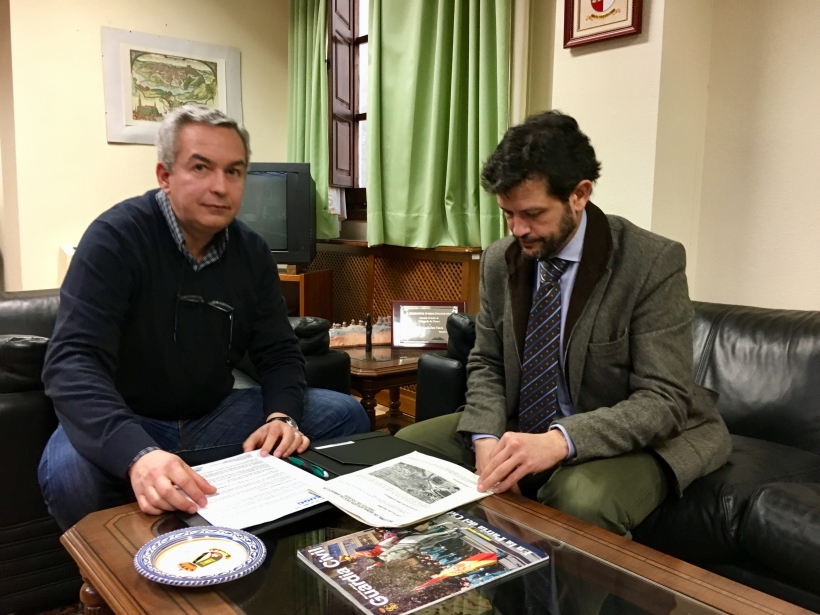 El secretario general provincial de AUGC Toledo, Francisco Javier García Peña (izqda.) con el Subdelegado del Gobierno en Toledo, Fernando Sanz García.