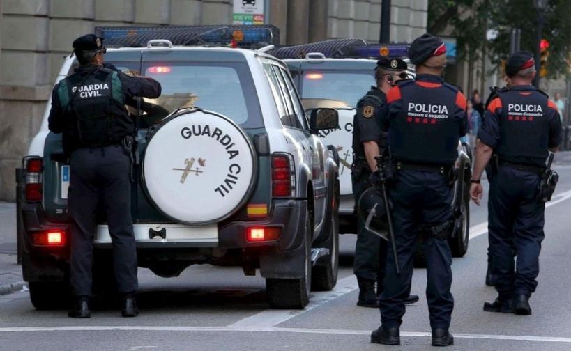 Guardias civiles y mossos d'Escuadra.