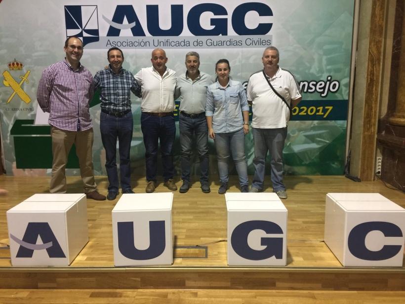 Serviliano Valencia (en el centro con camisa blanca), posa con el resto de la Junta Directiva Provincial de AUGC Badajoz.