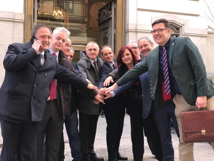 Los representantes de asociaciones y sindicatos posan con el ministro del Interior y otros cargos tras la firma del acuerdo de equiparación salarial.
